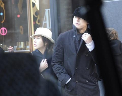 Jung Woo Sung và Lee Ji Ah tay trong tay trên đường phố Paris hôm 6/3.