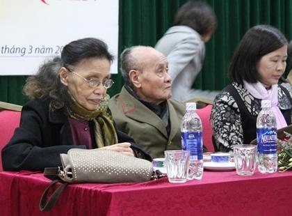 (Từ trái sang) Phó giáo sư, tiến sĩ Đặng Anh Đào và Trung tướng Phạm Hồng Sơn và bà Mai Quỳnh Giao