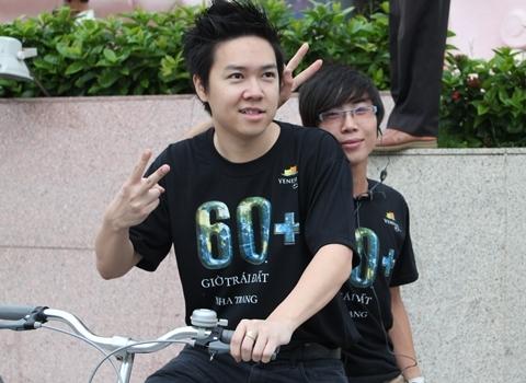 Lê Hiếu chụp ảnh cùng sinh viên tình nguyện tại Nha Trang trong lần tham gia sự kiện Giờ Trái đất.