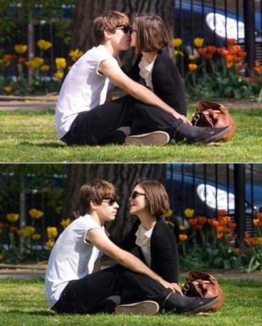 Keira Knightley và James Righton hôn nhau trong công viên ở London hôm 10/4. Ảnh: Mirror.