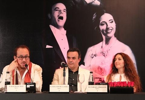 Ba nghệ sĩ opera Hao Jiang Tian (Trung Quốc), Fernando de la Mora (Mexico) và Norah Amsellem (Pháp) trong buổi họp báo chiều 20/4 ở Hà Nội.
