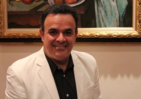 Giọng nam cao Fernando de la Mora đã có 25 năm biểu diễn opera và đảm nhận nhiều vai chính