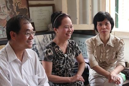 Ông Nguyễn Huy Thắng, bà Nguyễn Thu Giang và bà Nguyên Thị Nhã Nam cùng trò chuyện.