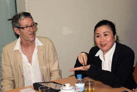 Họa sĩ Italy Richard San Marzano (trái) và vợ, nghệ sĩ Linh Huyền (giám đốc công ty Mekong Artists) giới thiệu về giải thưởng Dogma. Ảnh: Thoại Hà
