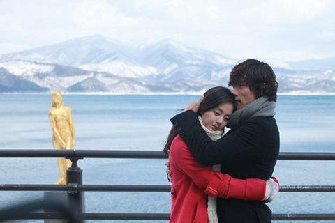 Một cảnh lãng mạn của Lee Byung Hun và Kim Tae Hee trong phim.