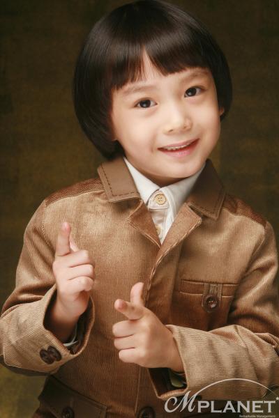 Bé Jung Yoon Suk, sinh năm 2003, vai Nino, con trai của Ae Ri. Ảnh: tistory