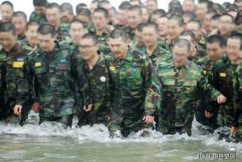 Hyun Bin (chính giữa) tham gia huấn luyện trong quân ngũ.