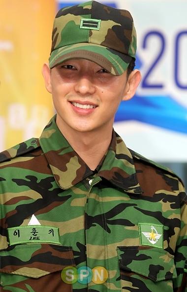 Diễn viên Lee Jun Ki trong màu áo lính.