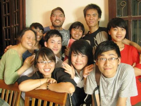 Đạo diễn Stephane Gauger cùng một số thành viên của lớp K6 trên trường quay 'Chiều ngọt'.