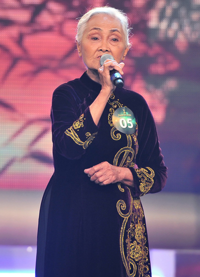 Cụ Lê Thị Nhung trên sân khấu Tiếng hát mãi xanh 2011.
