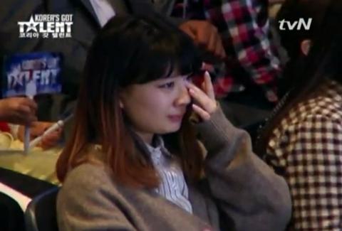 Khán giả rơi nước mắt khi nghe Choi Sung Bong hát.