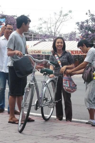 Sau khi phát hành album đầu tay 'Là người phụ nữ anh yêu' hồi tháng 3, mới đây Lan Trinh thử sức với vai trò diễn viên phim truyền hình trong bộ phim 'Bà ngoại cũng yêu'.