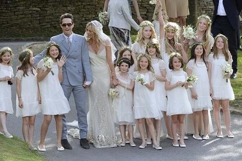 Cô dâu, chú rể và dàn phù dâu trong đám cưới.