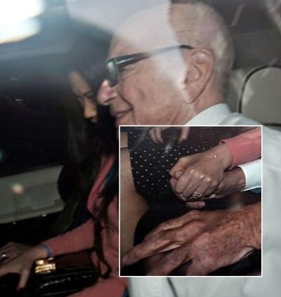 Người vợ tỷ phú nắm chặt tay chồng khi ngồi trên xe trở về sau phiên điều trần.