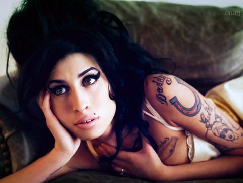 Kiểu tóc bông xù 'tổ ong' của Amy xuất hiện lần đầu tiên trong video 'You Know I'm No Good'.