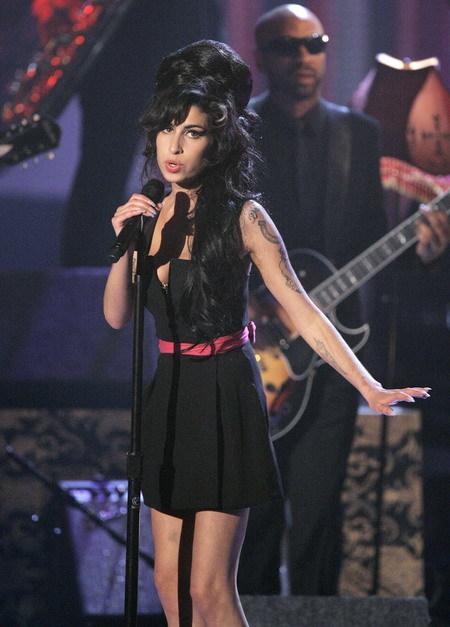 Amy Winehouse phiêu trên một sân khấu ca nhạc.