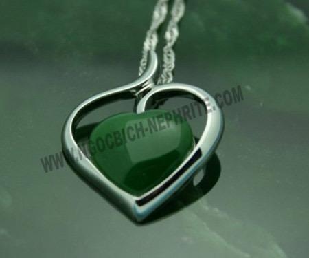 Mặt đeo Ngọc Bích Nephrite hình trái tim bọc bạc trái tim.