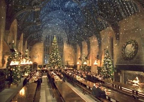 Hội trường được trang hoàng vào dịp Giáng sinh hàng năm.