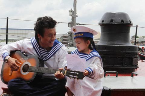 Bào Ngư tập hát cùng ca sĩ Dương Quốc Hưng.