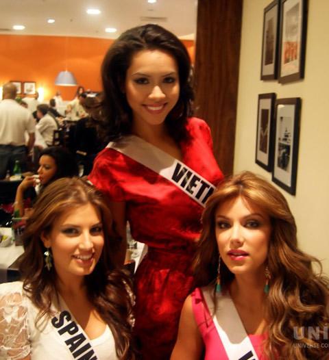 Hoàng My ăn trưa với Hoa hậu Tây Ban Nha và Venezuela.
