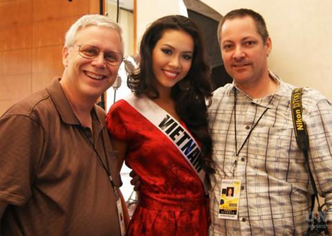 Cô chụp ảnh cùng hai nhiếp ảnh gia khác của cuộc thi.