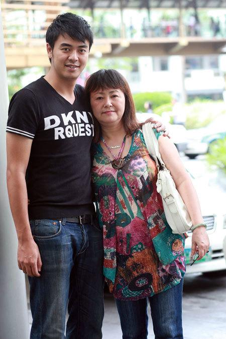 Tuy vậy cậu con út Tuấn Tú vẫn nhận được sự quan tâm nhiều nhất từ mẹ.