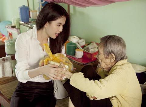Chọn Trà Vinh là điểm đến đầu tiên trong kết hoạch từ thiện của mình vì đây là quê hương của cô. Hoa hậu Việt Trinh muốn chia sẻ tình cảm đến với những người kém may mắn.