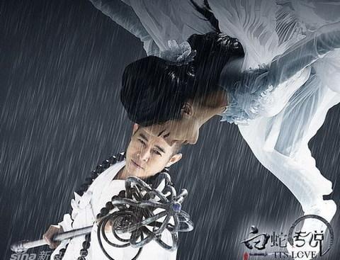 Một cảnh chiến đấu giữa Lý Liên Kiệt (vai pháp sư) và Huỳnh Thánh Y (vai Bạch Xà) trong phim. Ảnh: Sina.
