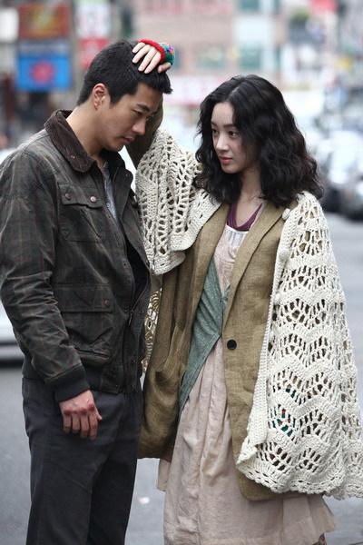 Kwon Sang Woo tình tứ với Jung Ryu Won trong 'Pain'. Ảnh: Koreastills.