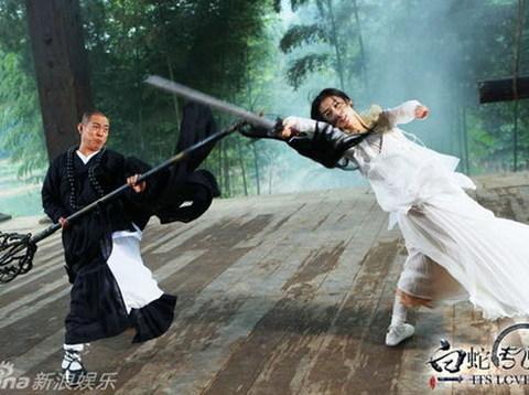 Một cảnh chiến đấu giữa Lý Liên Kiệt và Huỳnh Thánh Y trong 'Truyền thuyết Bạch Xà'. Ảnh: Sina.