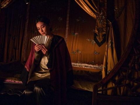 Lý Băng Băng bên chiếc quạt nan thần ký của 'Tuyết Hoa Bí Phiến'. Ảnh: Sina.