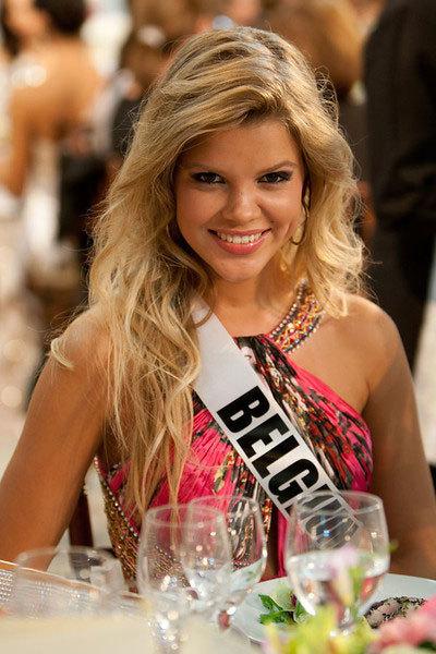 Hoa hậu Bỉ vẫn giữ được nụ cười thơ trẻ.