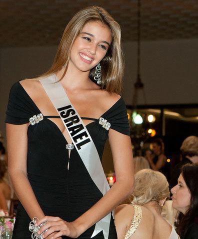 Miss Israel tươi cười đứng lên chào quan khách.