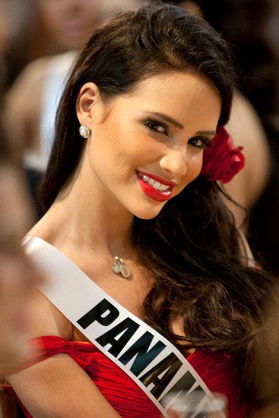 Hoa hậu Panama nổi bật với váy đỏ, son đỏ và hoa đỏ cài tóc.