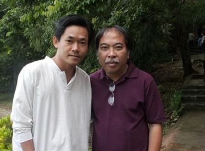 Nhà thơ Hoa Nip (TP HCM) chụp ảnh cùng Nguyễn Quang Thiều (phải), nhà thơ mà anh ngưỡng mộ. Hoa Nip chia sẻ, mục đích lần này anh đi hội nghị là 'gặp Nguyễn Quang Thiều và nghe Vi Thùy Linh nói chuyện'.