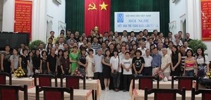 Hội Nhà văn cùng các đại biểu và khách mời chụp ảnh kỷ niệm sau lễ bế mạc Hội nghị viết văn trẻ lần 8 vào chiều 10/9.