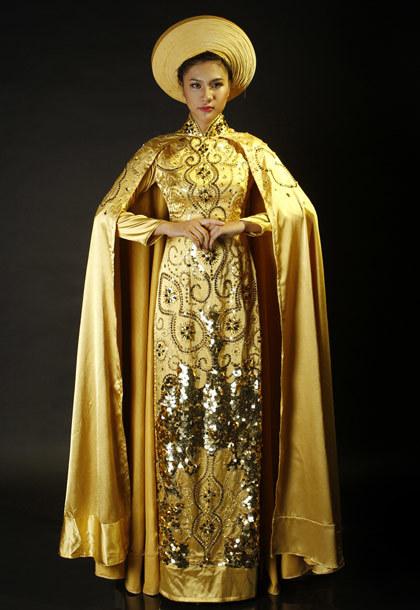 Cô mang theo bộ áo dài của nhà thiết kế Văn Thành Công.