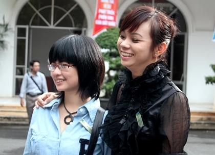 Lê Vi Thùy (phải) là cô giáo, còn Trương Hồng Tú (đứng cạnh) vừa đầu quân về báo Tuanvietnam.
