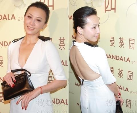 Ở tuổi 46, Lưu Gia Linh vẫn thoải mái mặc táo bạo tại các sự kiện. Ảnh chụp trong bữa tiệc tối 23/9.