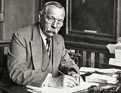 Nhà văn Conan Doyle.