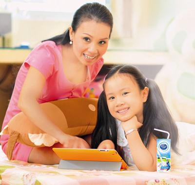 Cẩm Ly lựa chọn sữa Cô Gái Hà Lan Cộng, loại sữa mới được cộng thêm dưỡng chất cho trí não Taurine và Choline cùng đạm, canxi và Vitamin B2 cho con để các bé phát triển toàn diện.