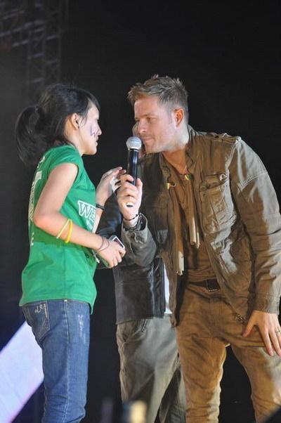 Trong tiết mục 'Beautiful Tonight', 8 fan đã được mời đứng chung sân khấu với Westlife. Trong ảnh là một fan nữ may mắn được lên và đang được Nicky trò chuyện.