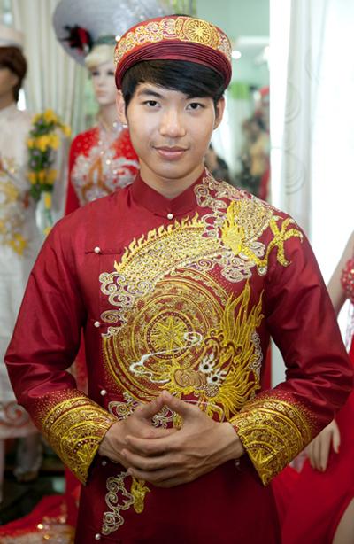 Nam Thành trong bộ áo dài đỏ trang trí họa tiết trống đồng và rồng vàng, được anh mang bán đấu giá vào tối 9/10 ở Hàn Quốc.