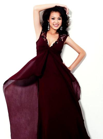 Chiếc váy màu tím than xẻ cổ sâu là trang phục được Tùng Lan chọn để diễn trong đêm chung kết. Người đẹp chia sẻ, khi cô mặc trang phục này trong buổi diễn tập thử được các thí sinh và ban tổ chức khen ngợi.