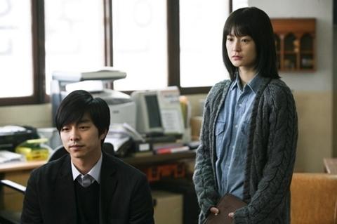 Diễn viên Gong Yoo trong vai người thầy giáo đang nói chuyện bằng tay với học sinh khuyết tật.