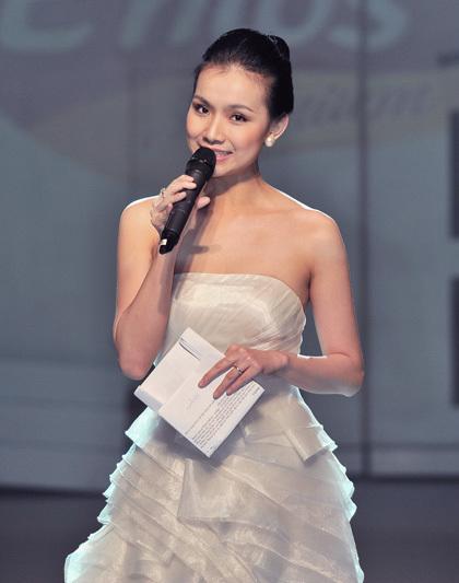Thùy Lâm khiến mọi người trầm trồ bởi trang phục dạ hội trắng tinh khôi theo kiểu công chúa, ôm sát người, khoe bờ vai gợi cảm và làn da trắng ngần.