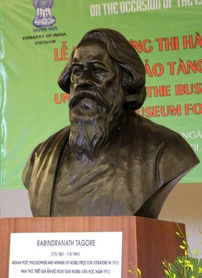 Bức tượng Tagore do Đại sứ quán Ấn Độ tặng cho Hội Nhà văn Việt Nam, đặt
