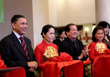 Ông Ranjit Rae, Đại sứ Ấn Độ tại Việt Nam và nhà thơ Hữu Thỉnh, Chủ tịch Hội Nhà văn Việt Nam cắt băng trong lễ đặt tượng sáng 10/11.
