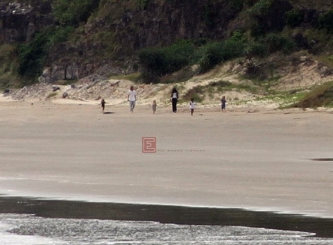 Brad Pitt và Angelina Jolie dẫn các con đi tắm biển sáng 14/11. Ảnh: Quốc Huy.