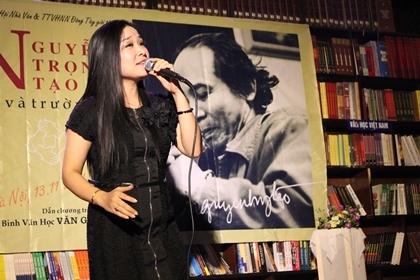 NSƯT Minh Phương hát Khúc hát sông quê.